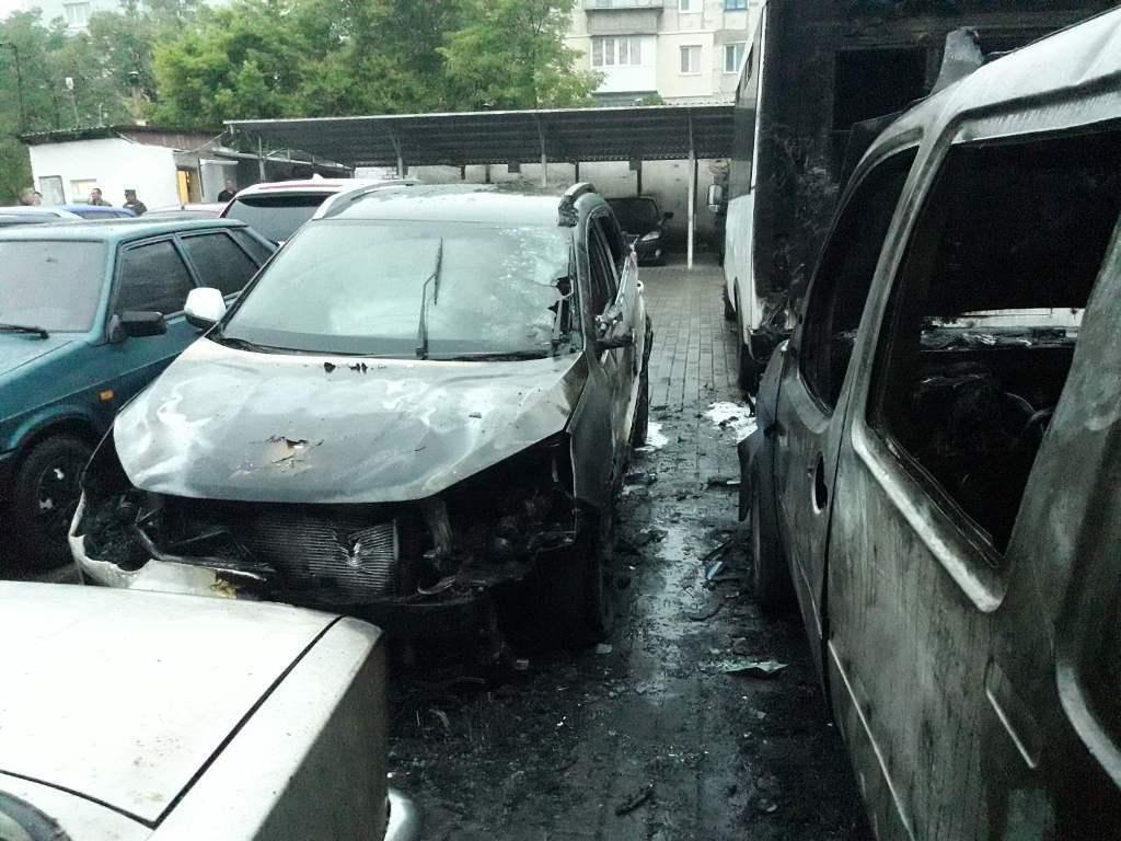 П'ять автомобілів зазнали пошкоджень через пожежу