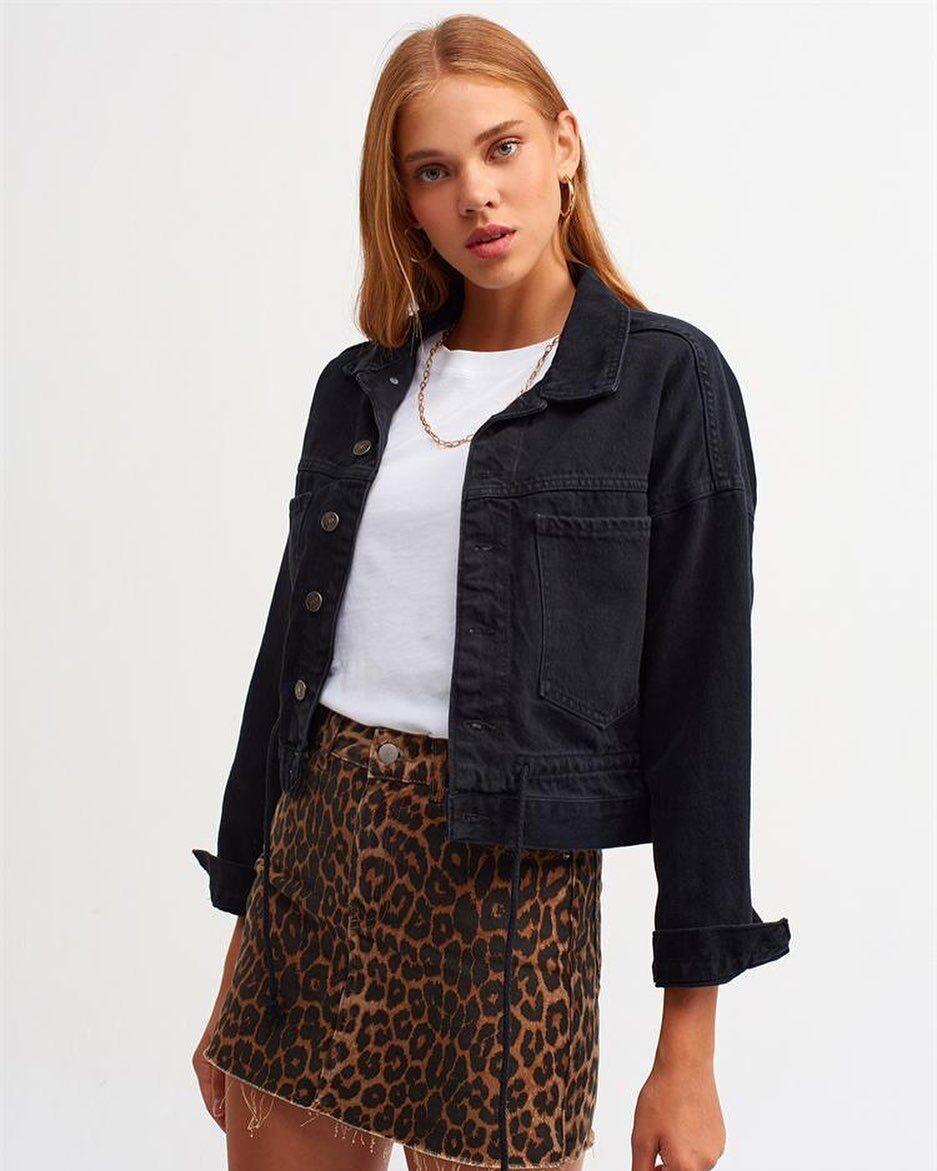 Чорна джинсова куртка