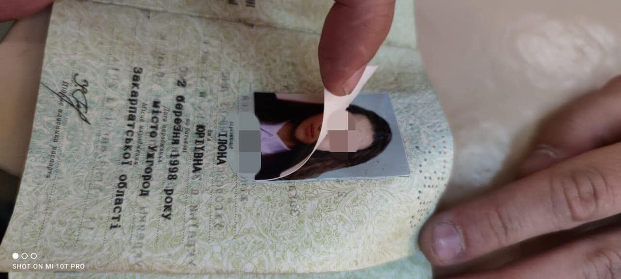 Студенты должны были вклеить свои фотографии в паспорта других людей
