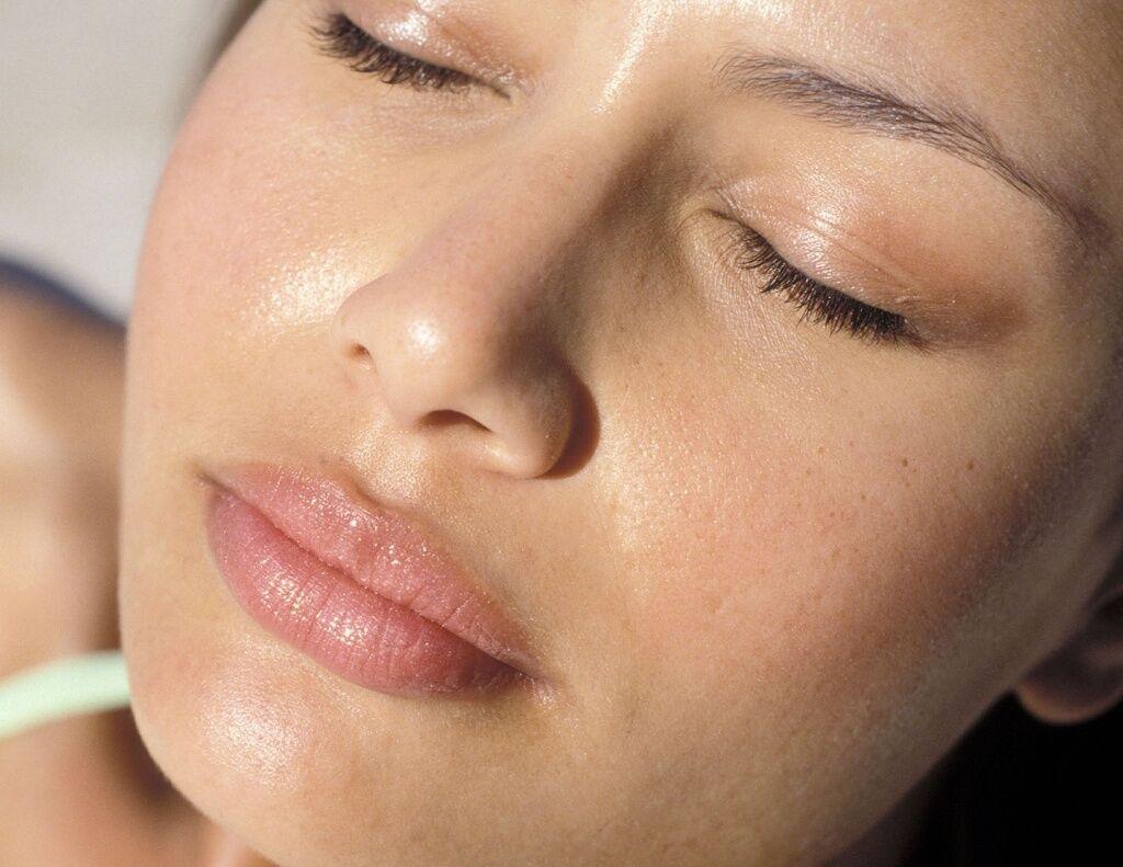 Летом следует сделать акцент в уходе за кожей на антиоксидантную и SPF защиту