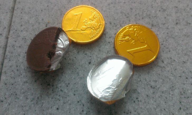 Дети играли в магазин с помощью шоколадных денег.