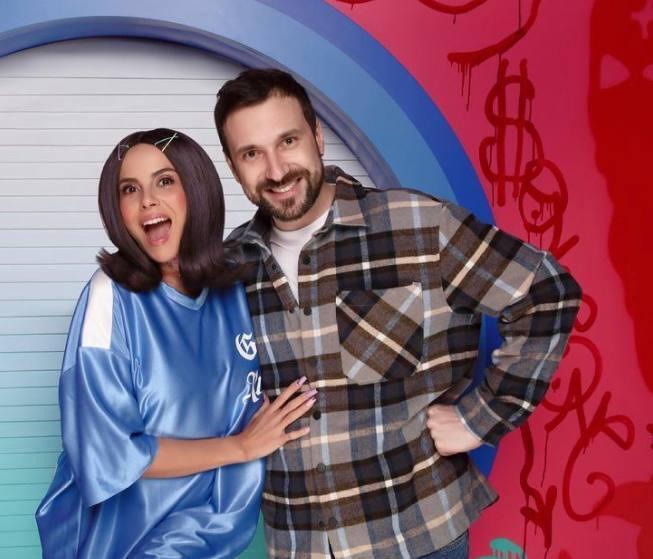 Настя Каменських на зйомках кліпу у блакитній сукні