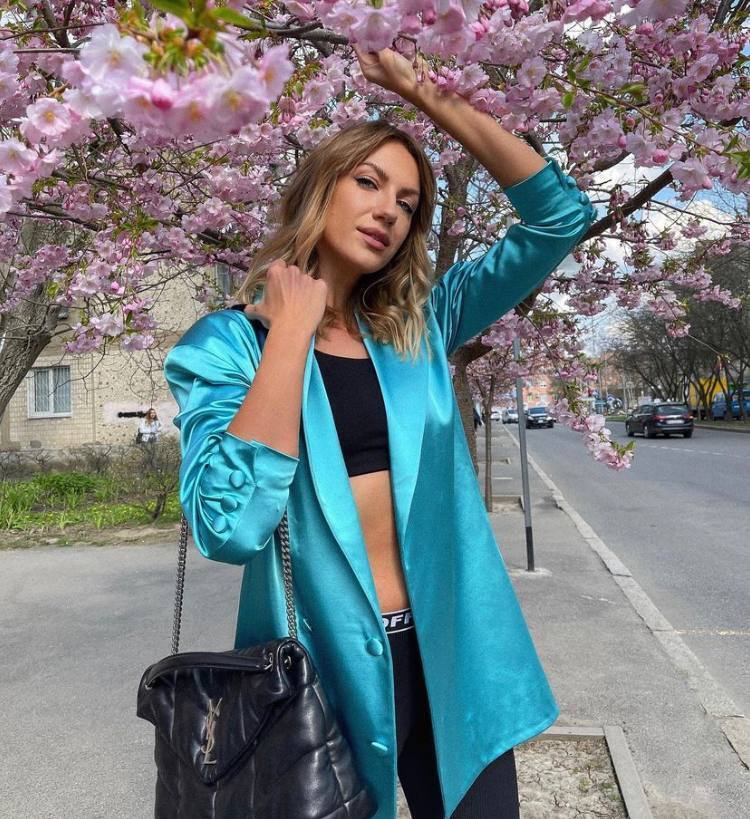 Леся Нікітюк позує у блакитному оверсайз жакеті