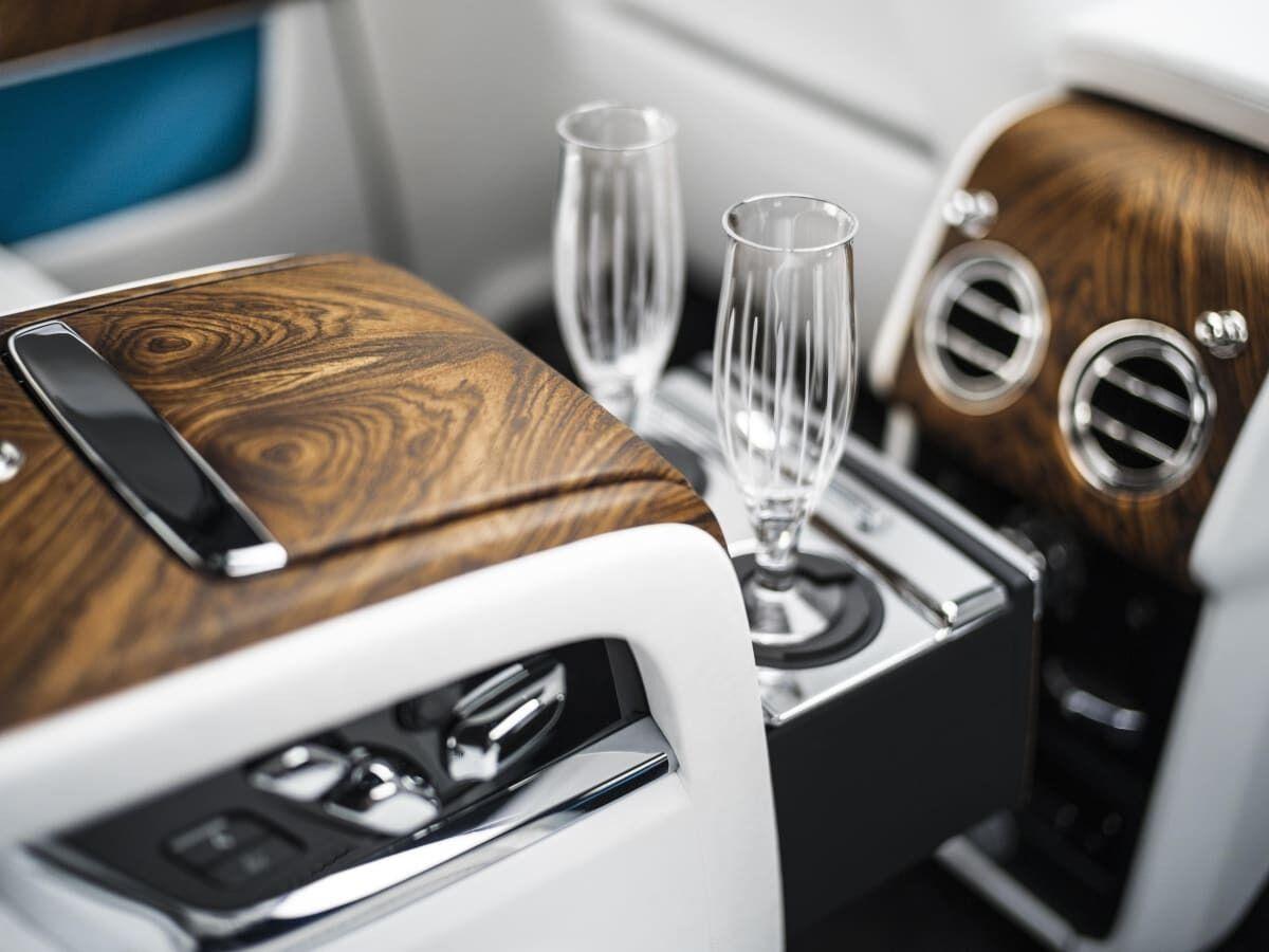 У BMW є технологія автоматичного наповнення келихів шампанського