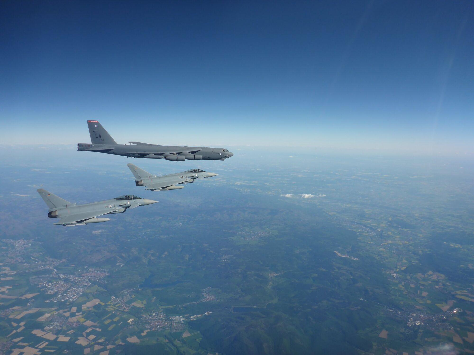 Истребитель Eurofighter Typhoon сопровождал бомбардировщики B-52 Stratofortress над Германией 31 мая