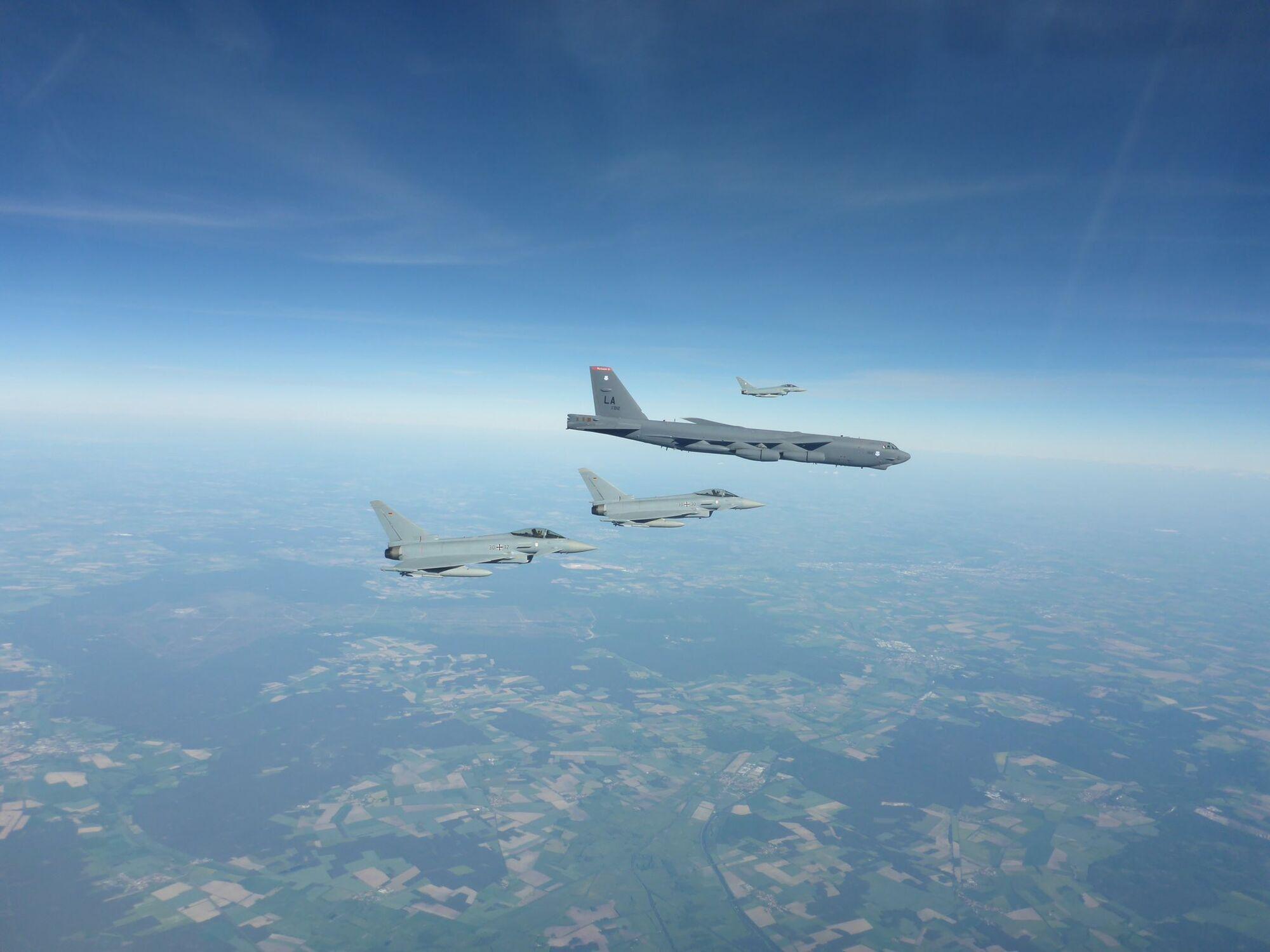 Истребители сопровождают американские бомбардировщики над странами НАТО