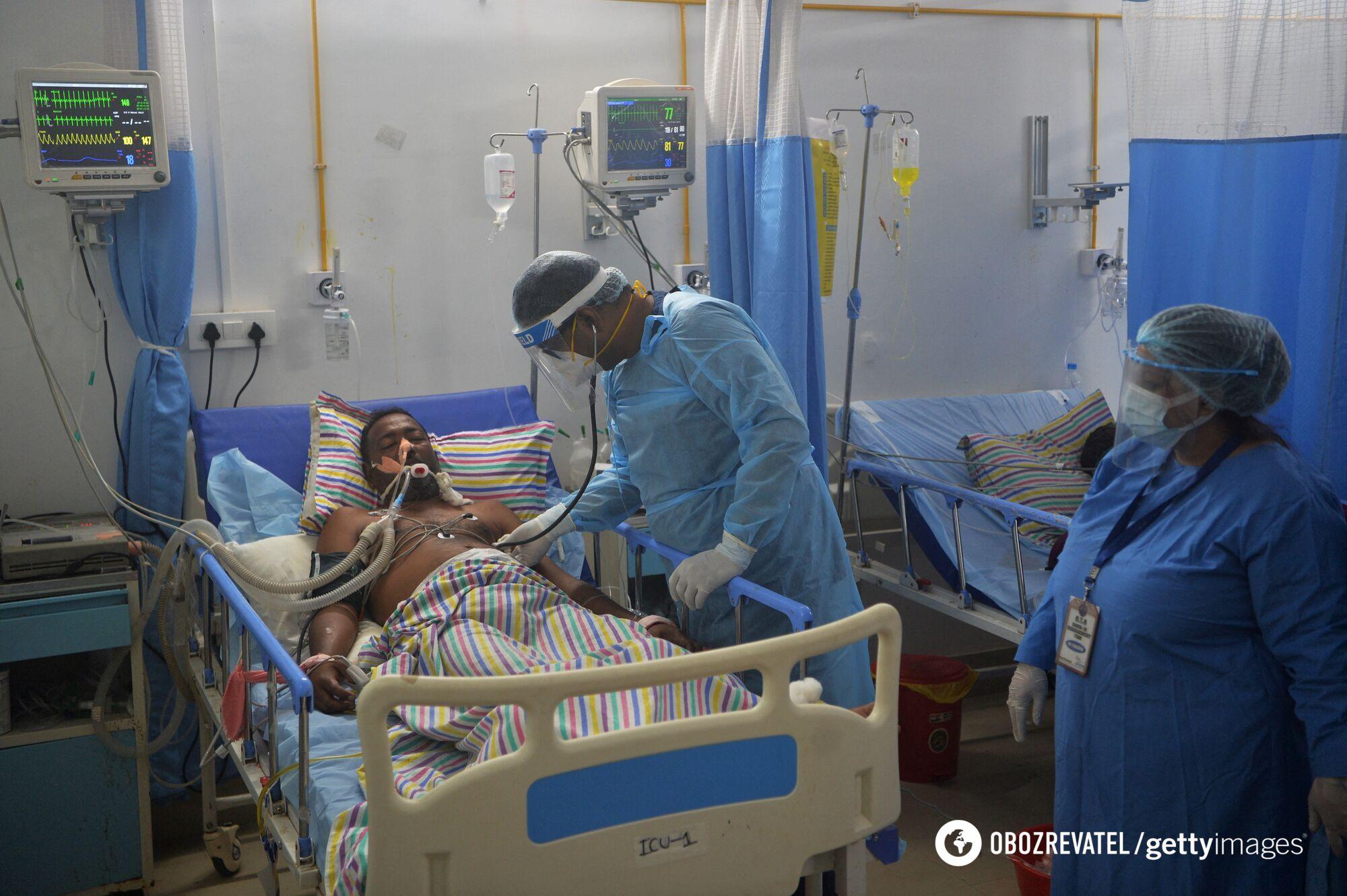 Больной коронавирусом в индийской больнице