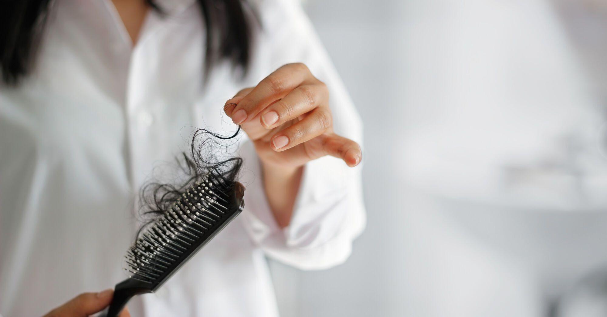 Летом в уход за волосами следует добавить термозащиту, увлажняющие сыворотки и физическую защиту