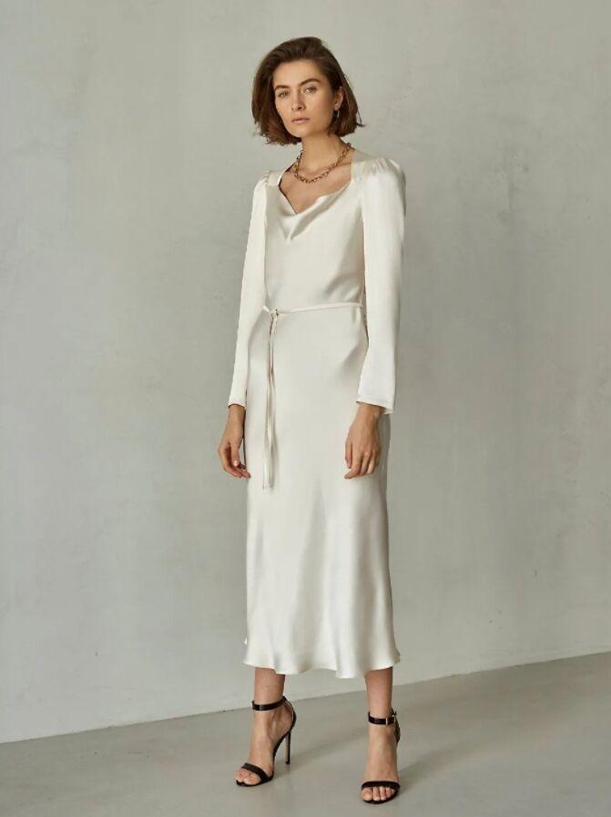 Такой фасон наряда хорошо подойдет для тех, кто ищет лаконичное платье на мероприятие