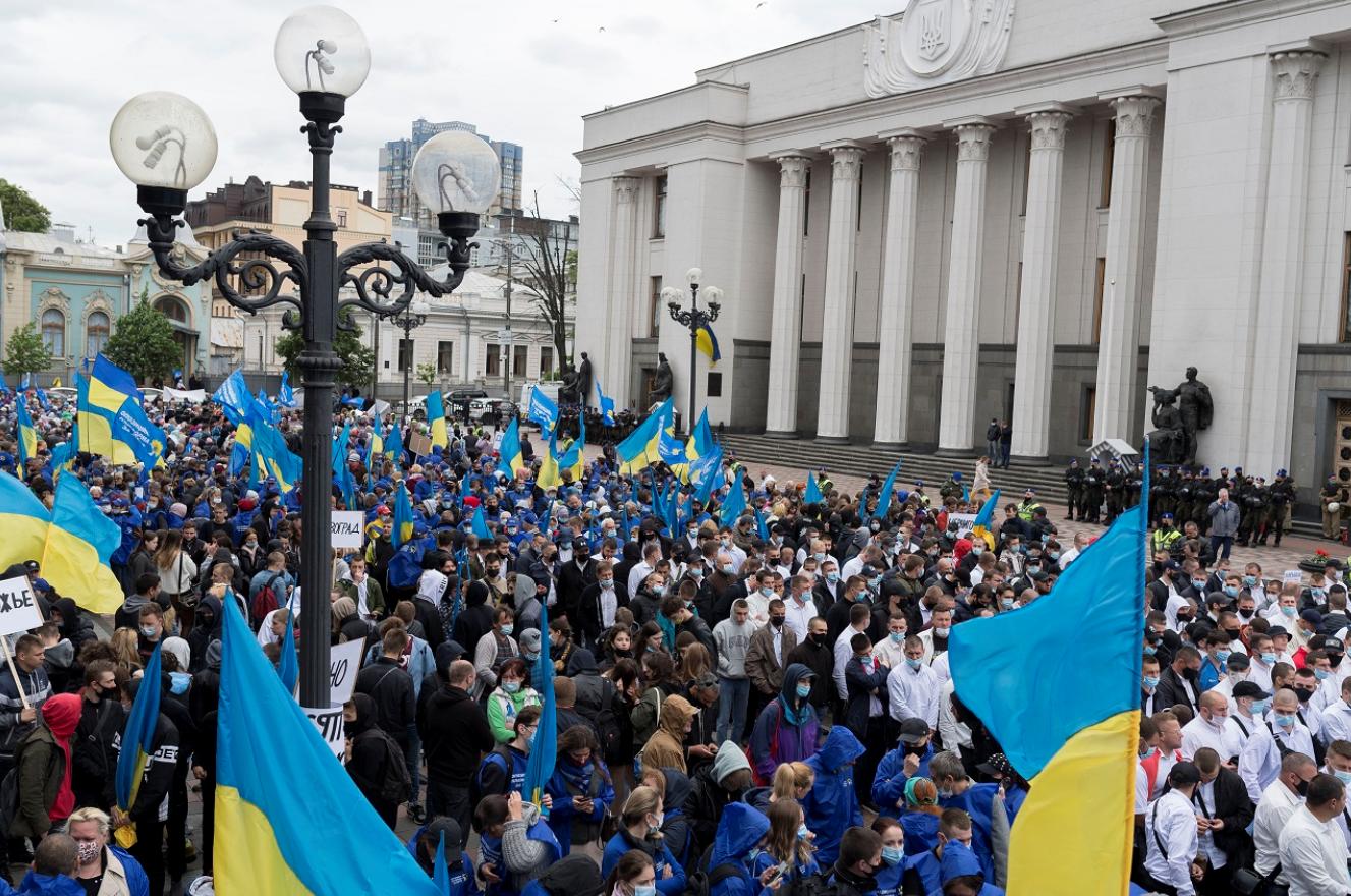 Под Верховную Раду пришли тысячи людей с требованием к власти не продавать украинскую землю