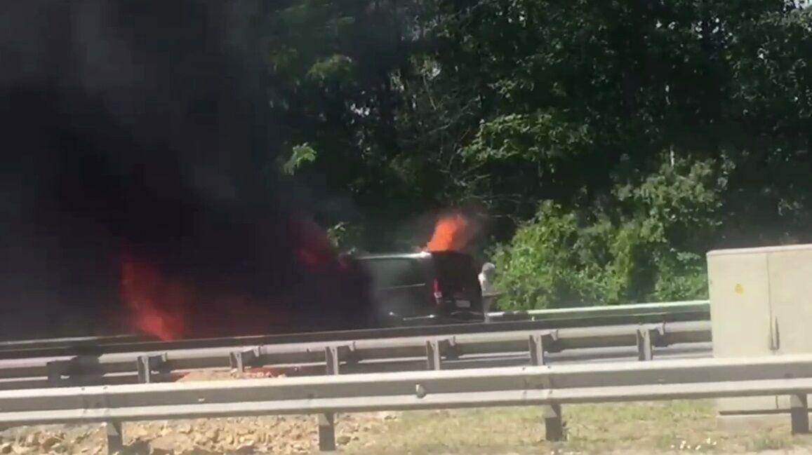 Автомобиль окутал черный дым.