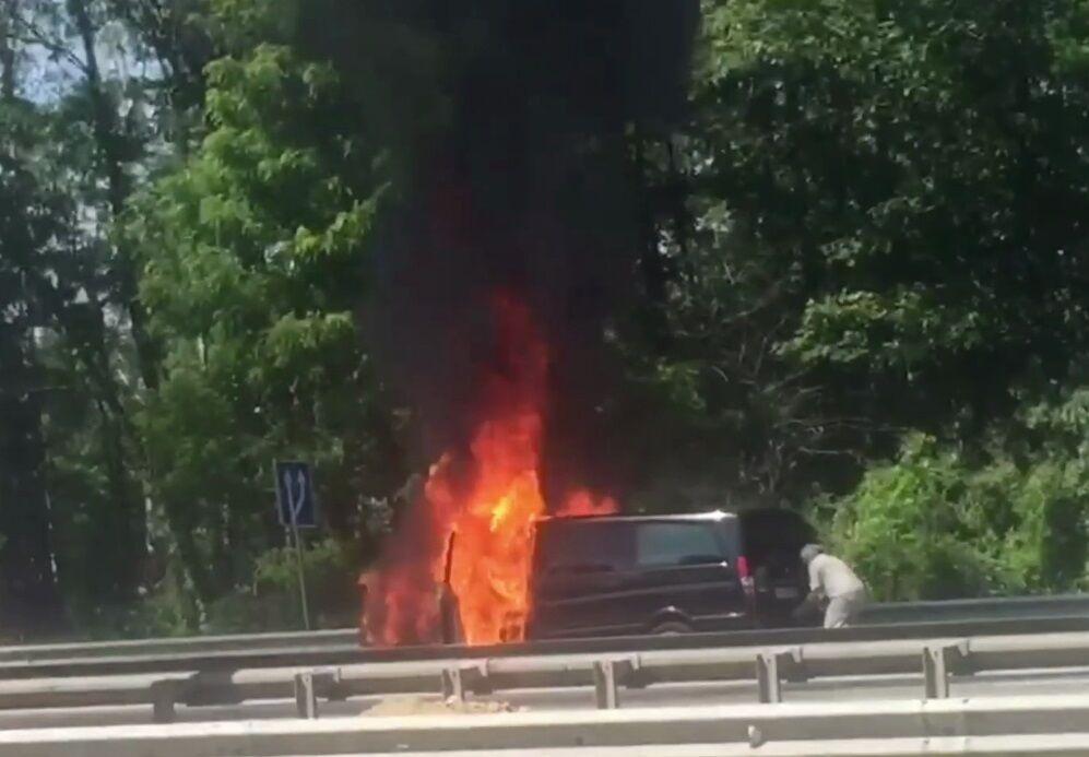 Машина загорелась во время движения.