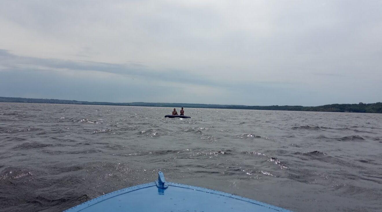 Спасатели забрали женщин на моторной лодке