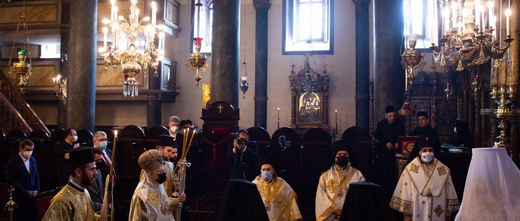 Порошенко принял участие в литургии на Троицу, которую возглавил Патриарх Варфоломей. Фото