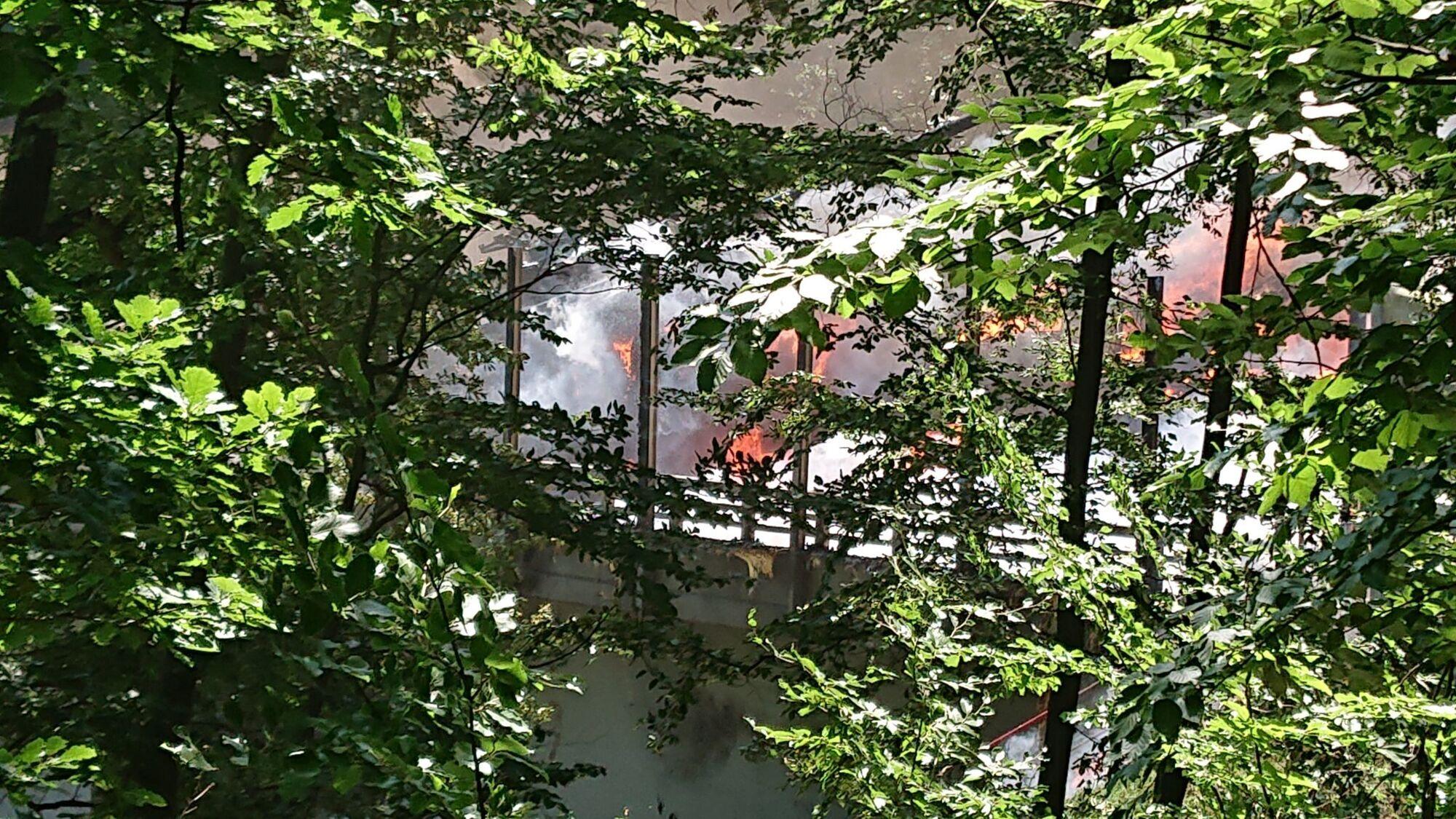 Пожар после столкновения эвакуаторов и платформ с танками