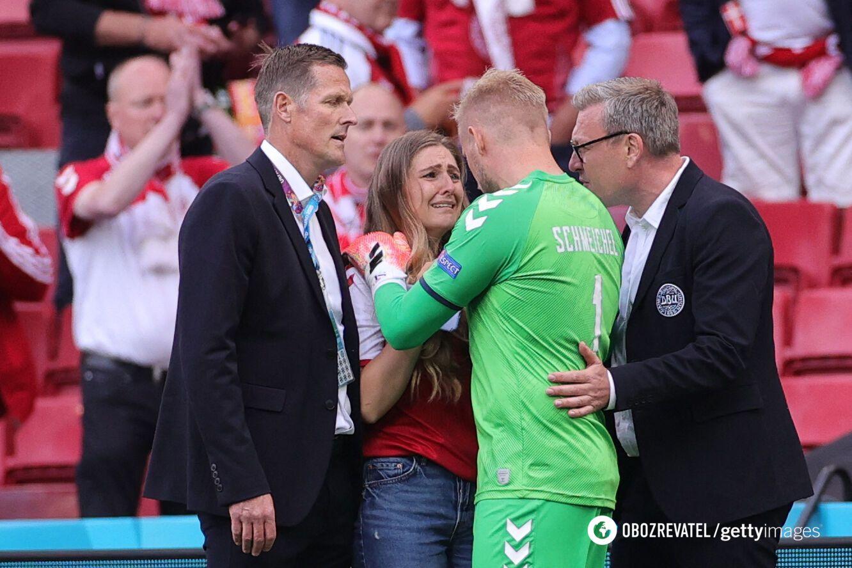 Голкіпер збірної Данії Каспер Шмейхель намагається втішити Сабрину