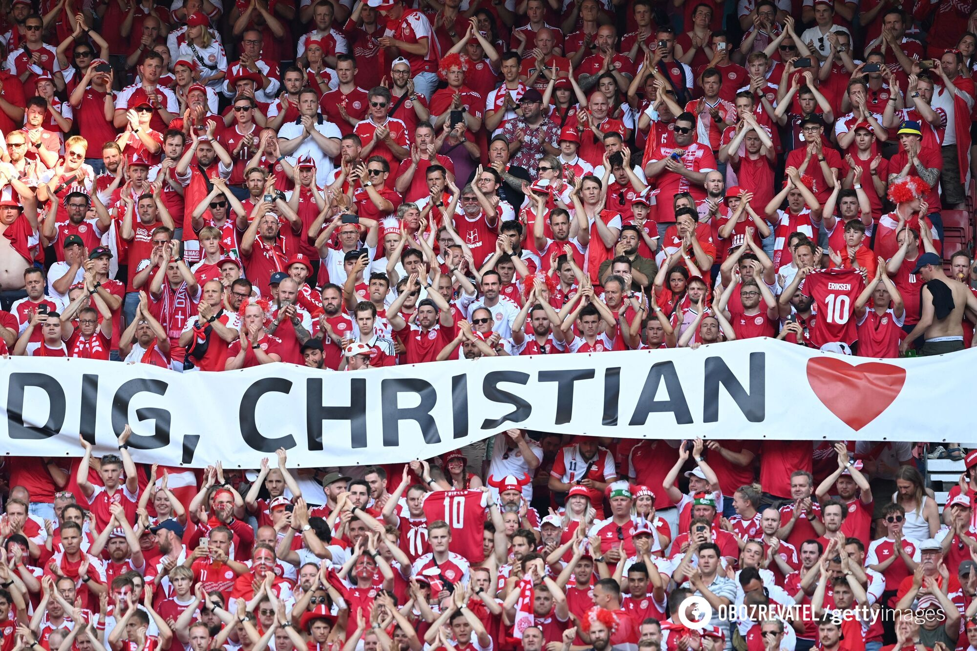 Банер на честь Крістіана Еріксена.