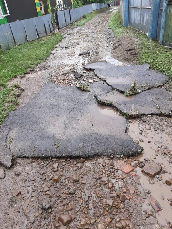 Подтопленные дороги в селе Викно