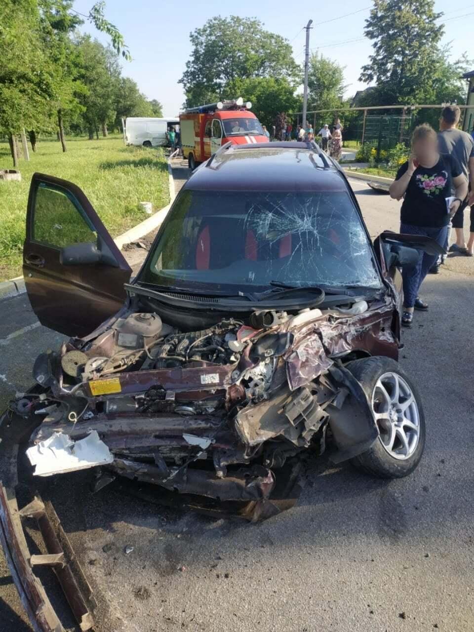 Автомобіль ВАЗ, який врізався в мікроавтобус Mercedes Sprinter на Дніпропетровщині