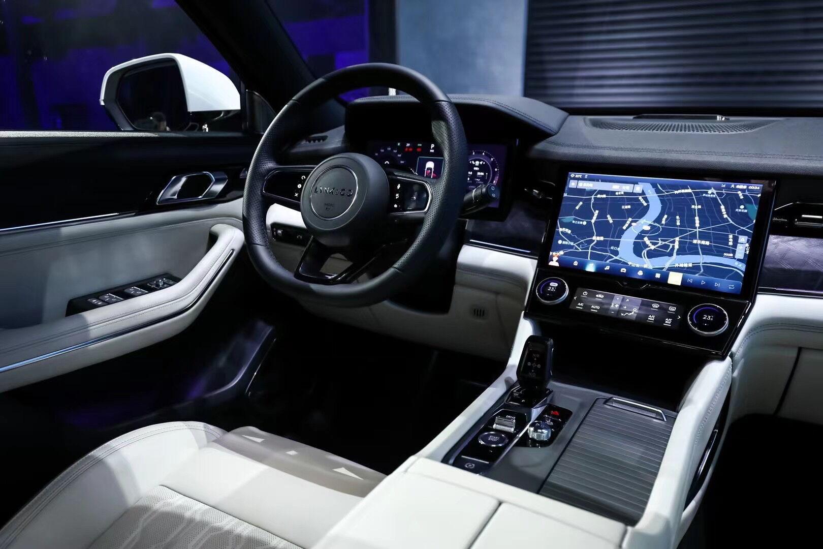 Автомобиль получил цифровой кокпит с большим количеством экранов и дисплеев