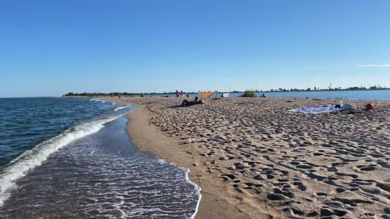 Пляж поруч з озером Червоне