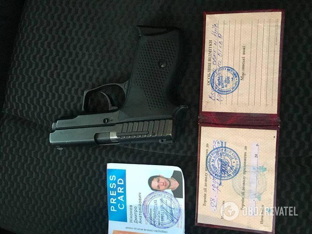 Пістолет і документи Ніконова.