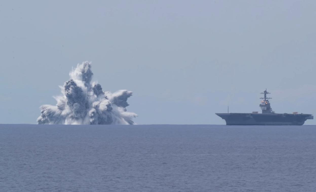 Один из двух взрывов рядом с авианосцем
