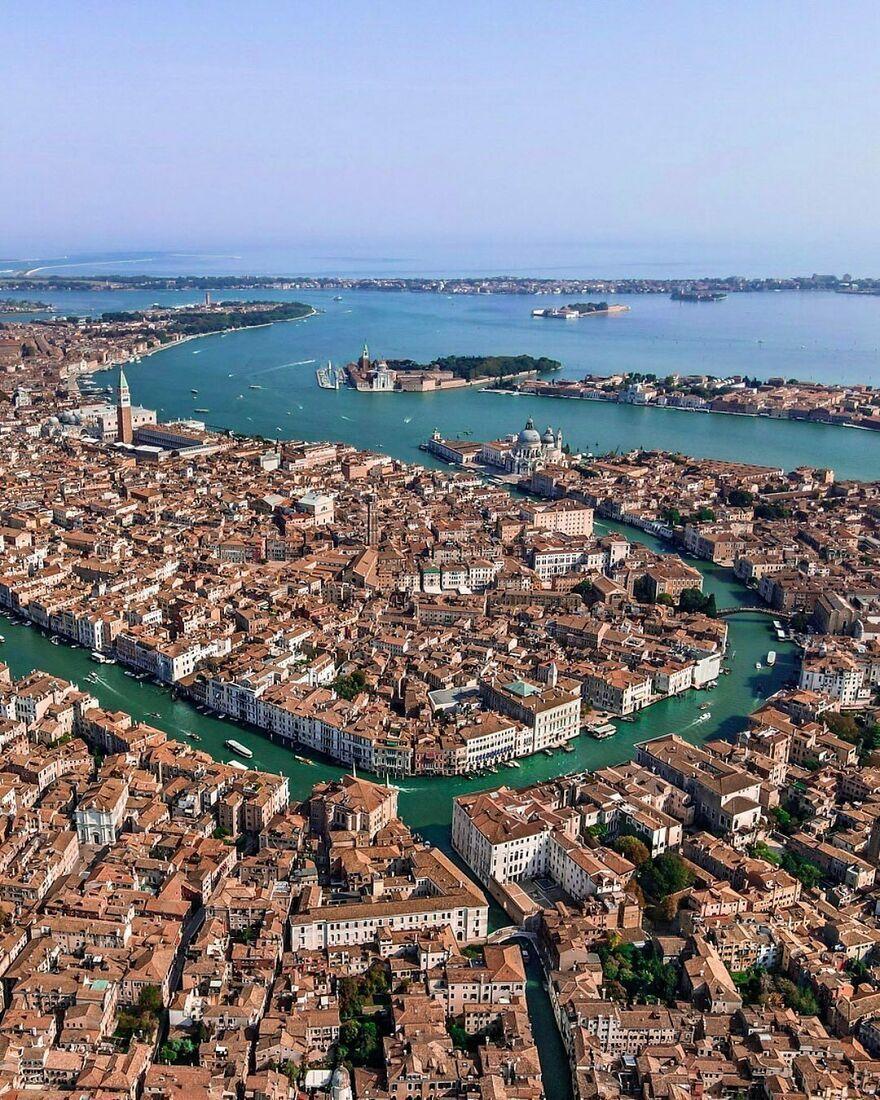 Город Венеция расположен на воде в Италии.