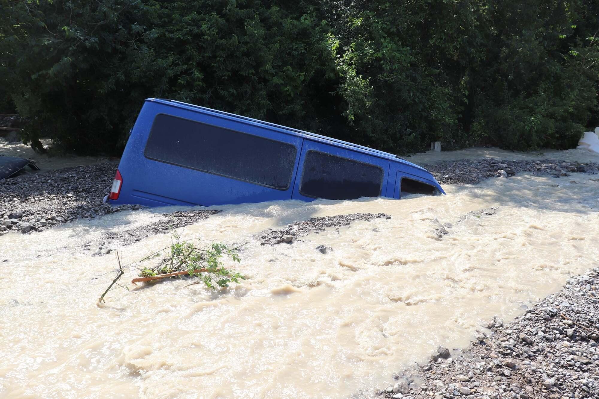 Машины утонули в воде.