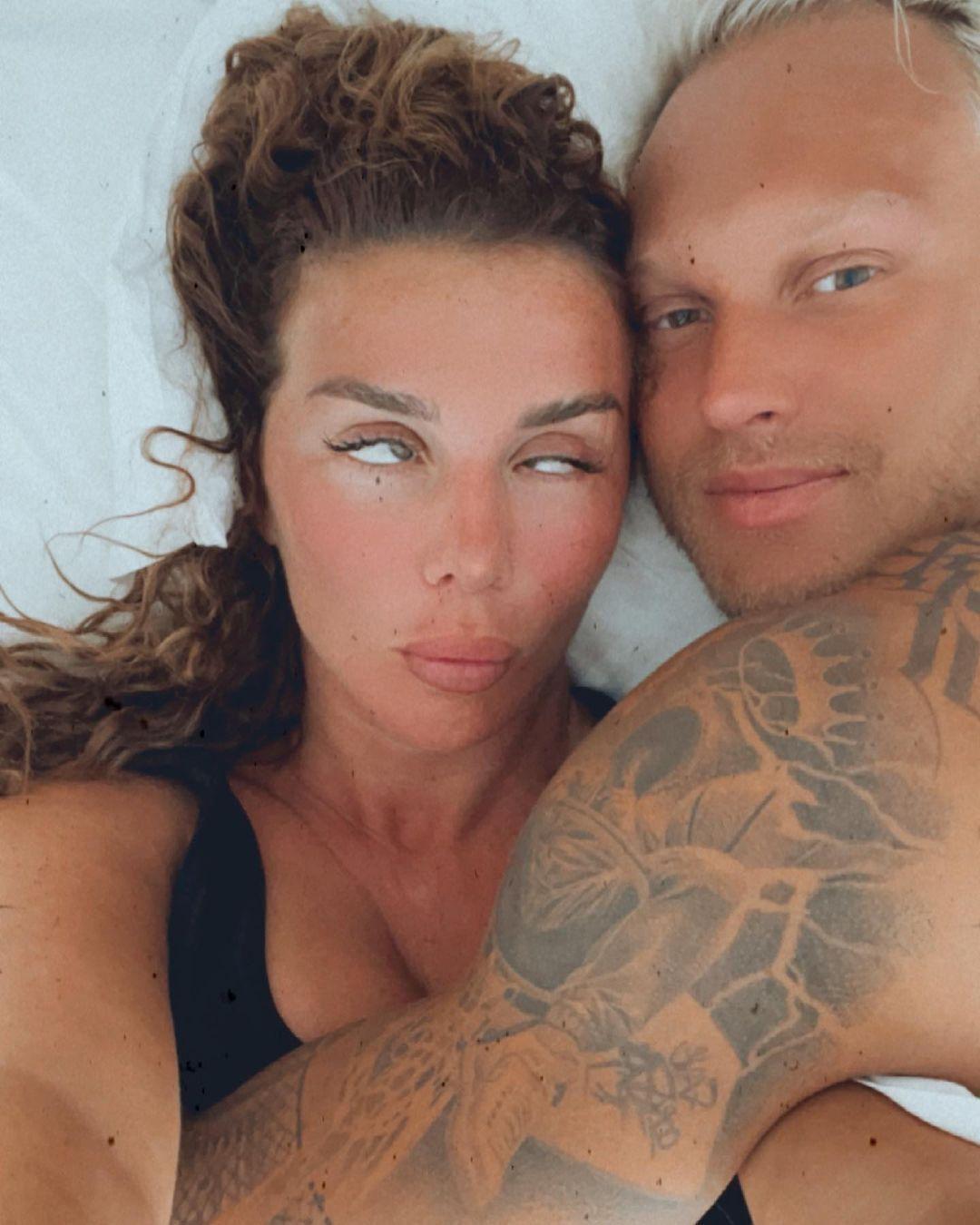 Седокова показала постельные фото с мужем Янисом Тиммой