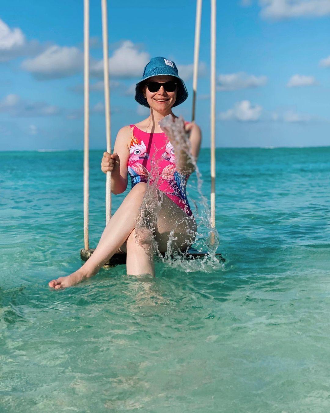 Татьяна Брухунова позирует в ярком купальнике