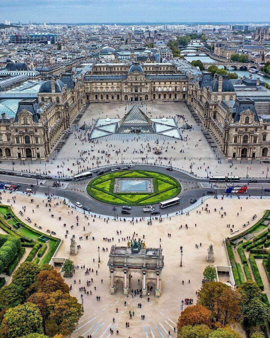 Лувр в Париже с высоты птичьего полета.