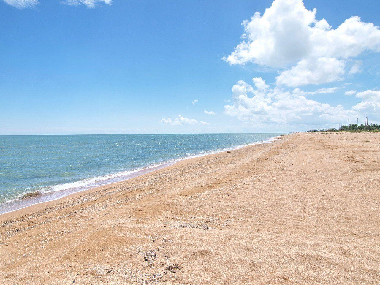 Если ехать вглубь Арабатской стрелки или Федотовой косы, то можно избежать толкотни на пляжах и насладиться уединением с морем