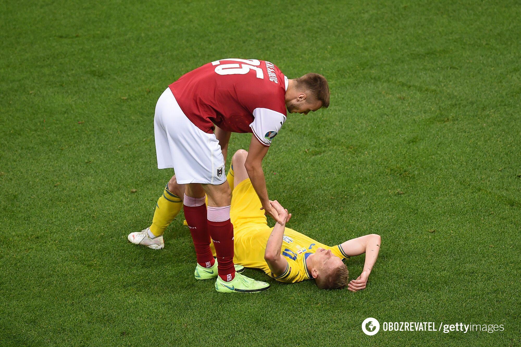 Зинченко утешает игрок сборной Австрии после финального свистка