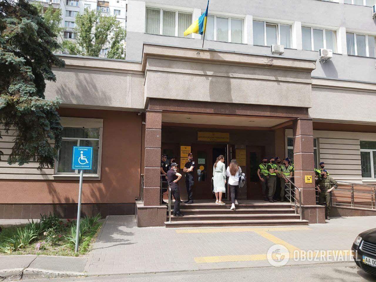 Под судом собрались сторонники Антоненко.