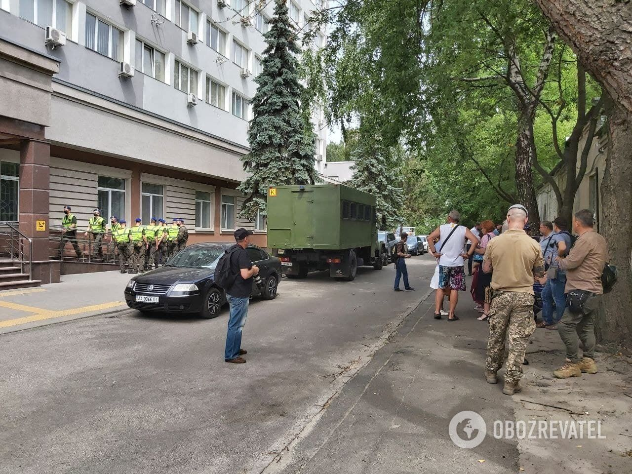 Здание Шевченковского райсуда окружили правоохранители.