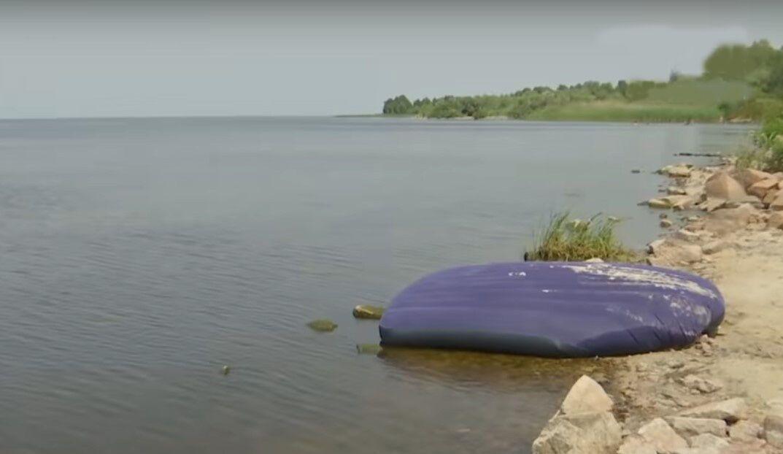 Порожній надувний матрац прибило до берега