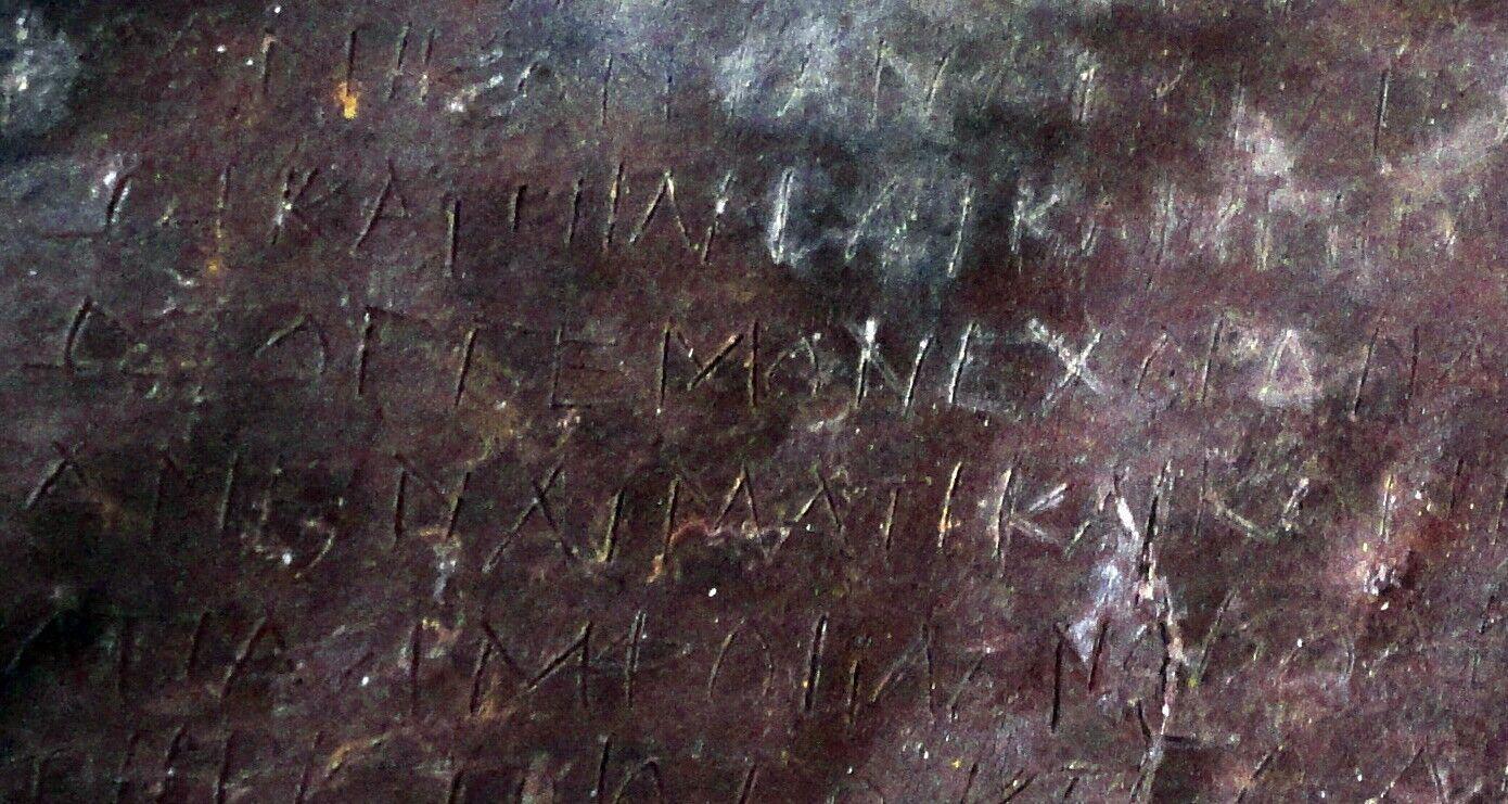 """Археологи виявили в Афінах таблички з """"прокльонами"""", яким 2500 років. Фото"""