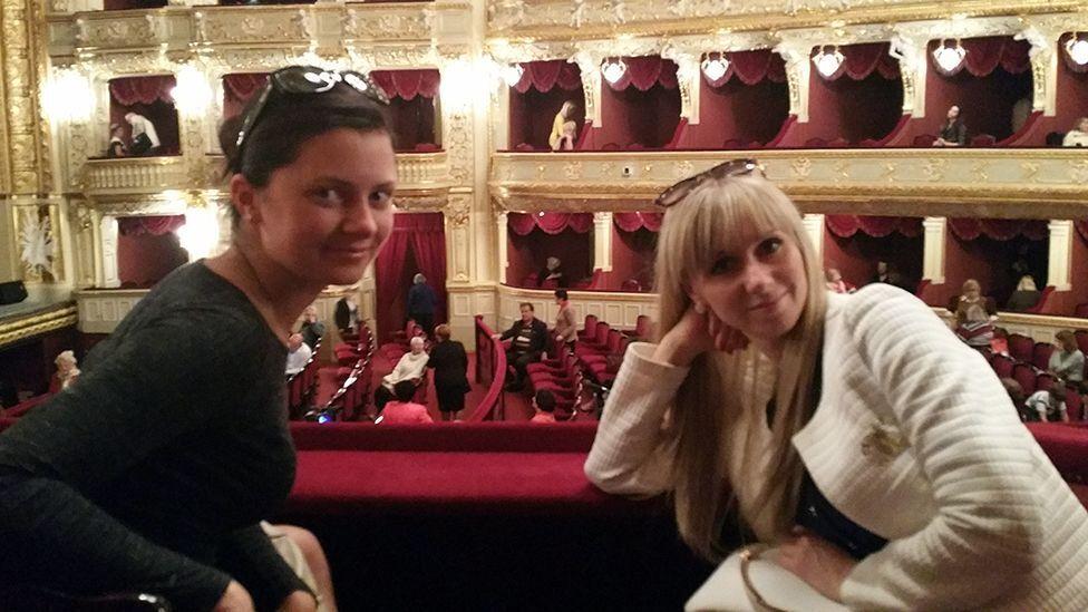 Переводчица Юлия и Ирина в Оперном театре в Одессе
