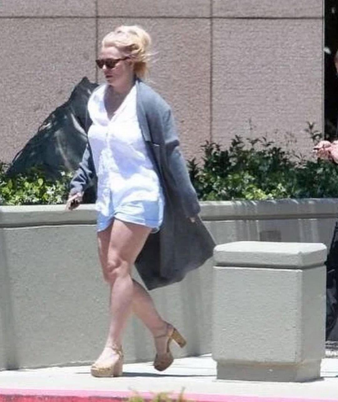 Бритни Спирс в помятом наряде