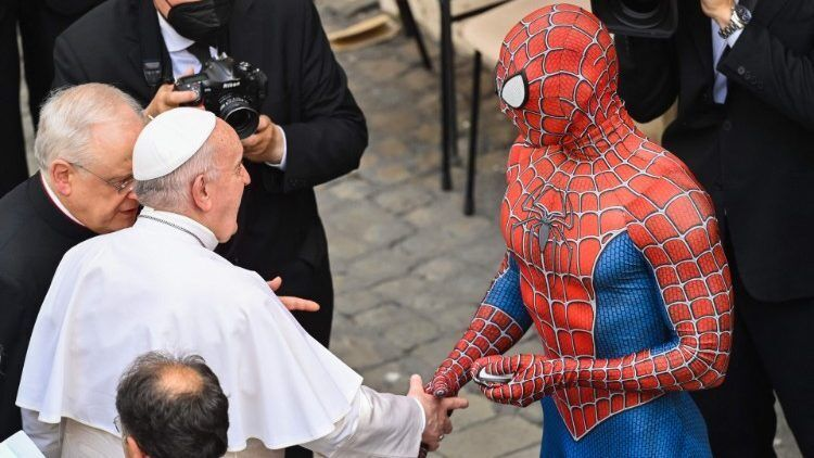 Чоловік у костюмі супергероя розповівши Папі Римському про свою місію