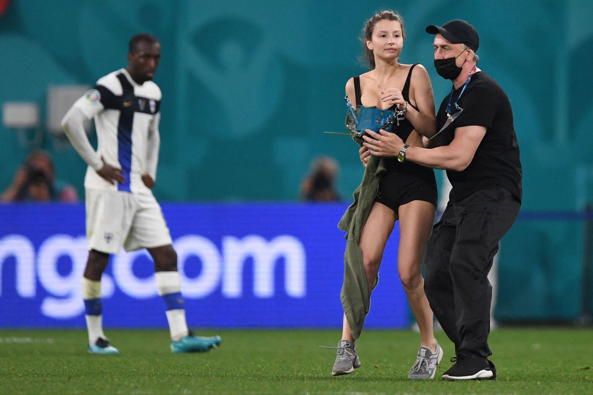 Дівчина вибігла на стадіон