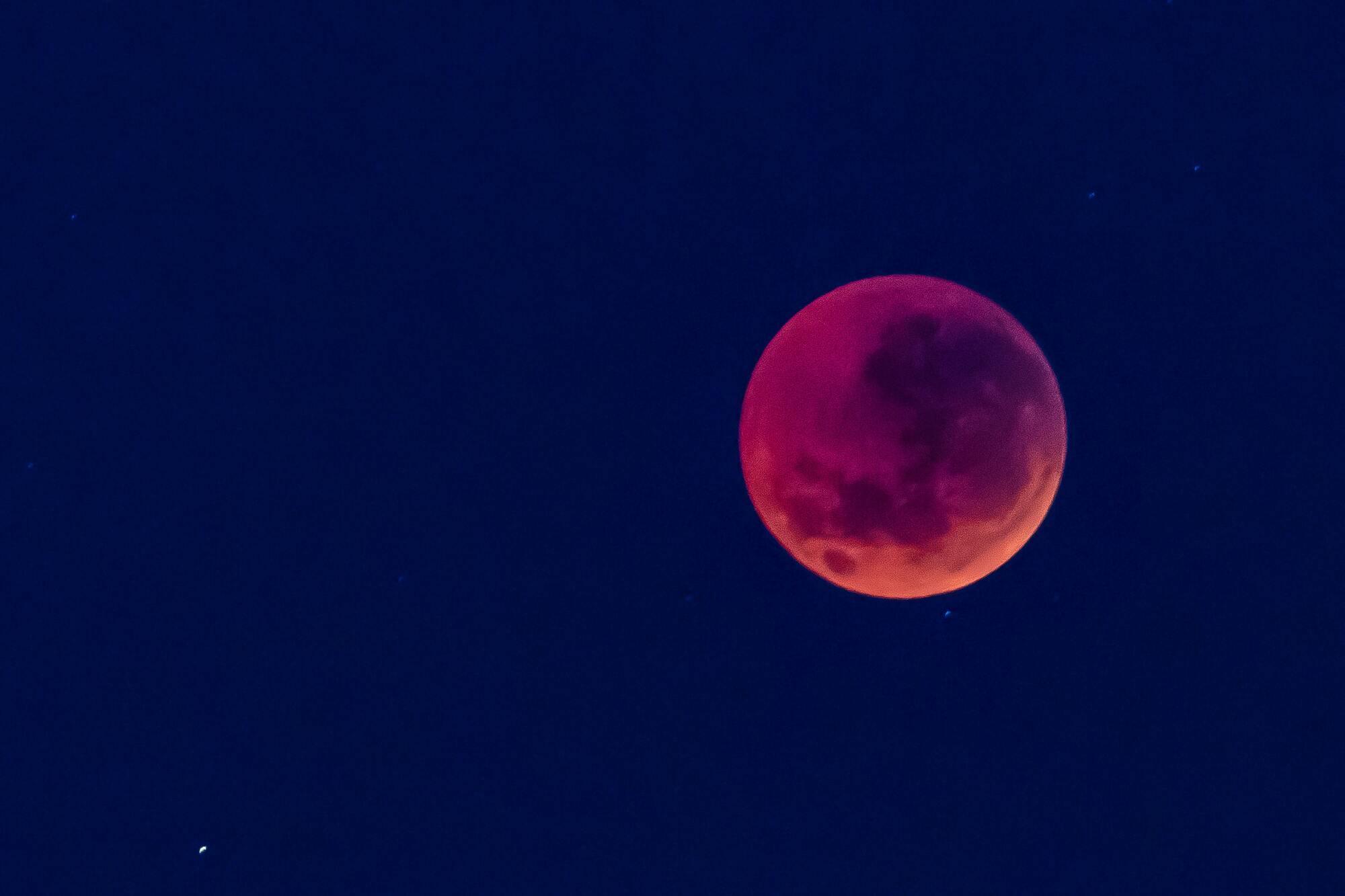 Суничний місяць відомий також як Медовий місяць, Рожевий місяць і Гарячий місяць