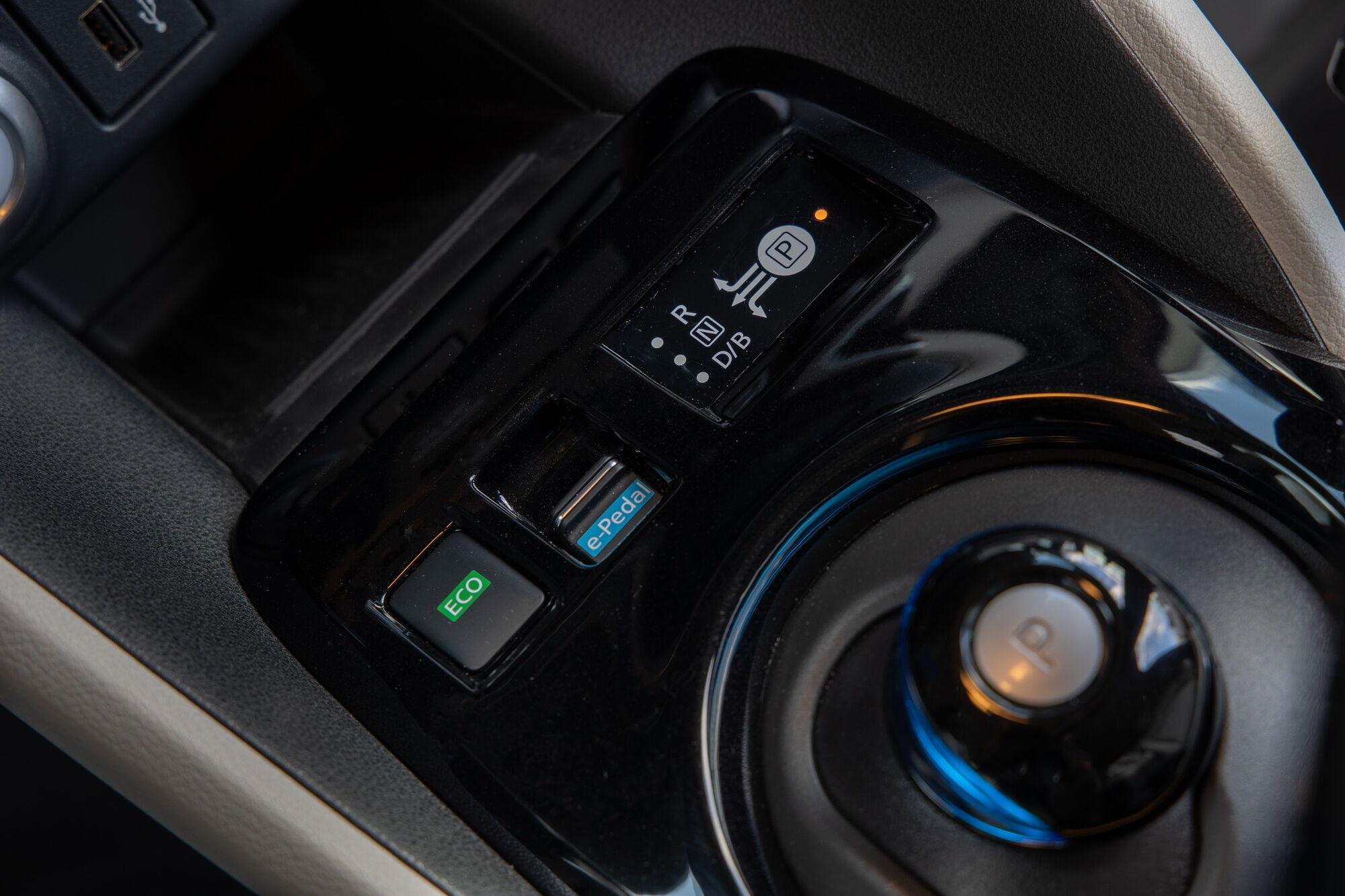 За перемикання режимів руху відповідає оригінальний джойстик на трансмісивному тунелі, а активувати e-Pedal можна за допомогою кнопки
