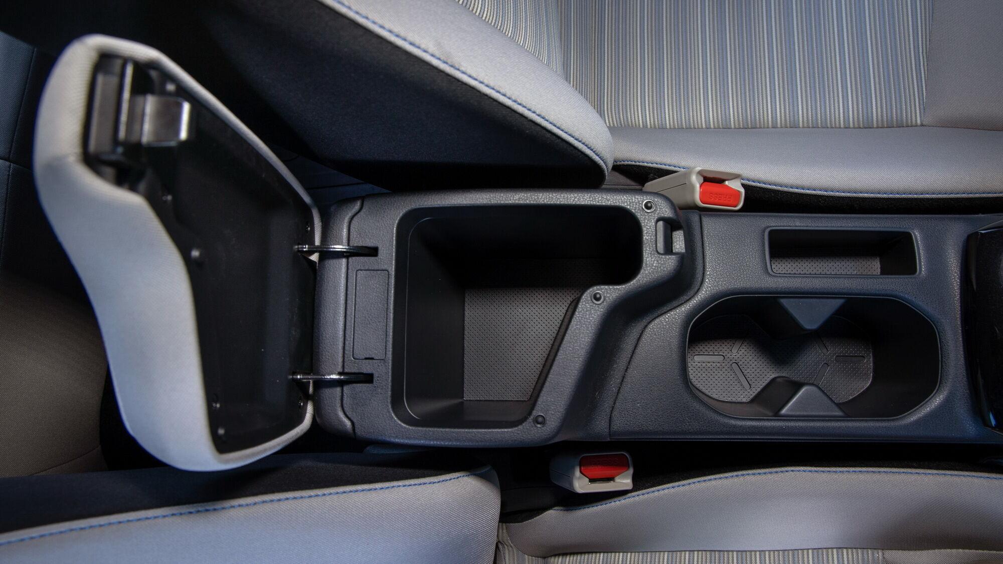 У машині досить різних відділень для дрібниць, включаючи місткий бардачок та відділення в передньому підлокітнику