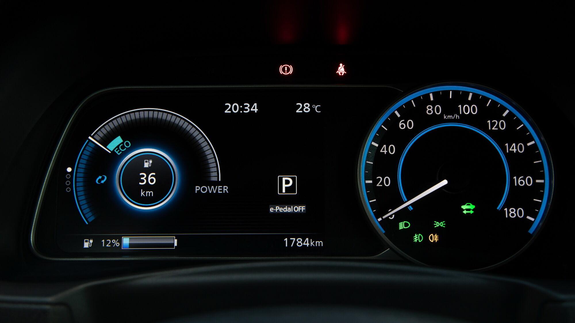 Приладова панель – комбінована зі звичним стрілковим спідометром та великим кольоровим екраном бортового комп'ютера