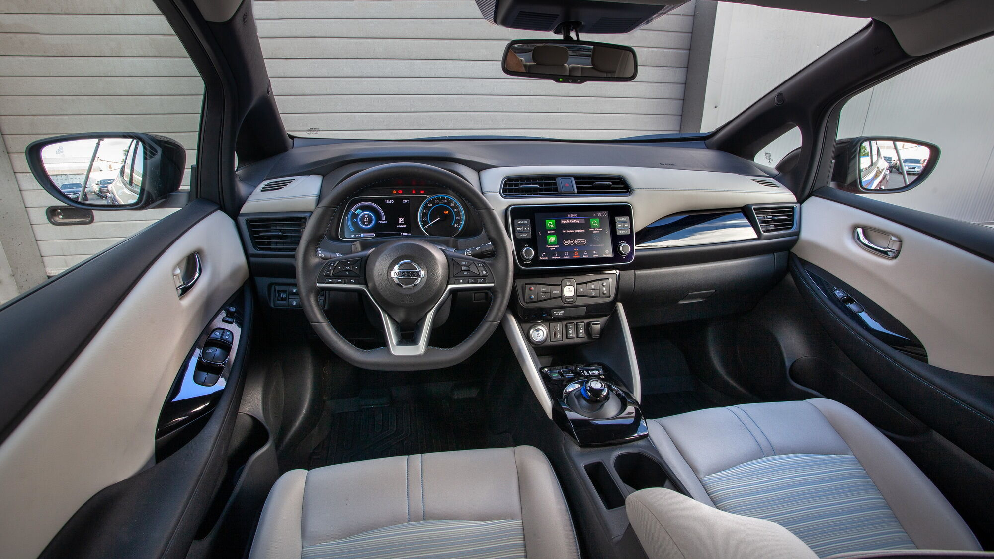 Приладова панель нового Nissan Leaf