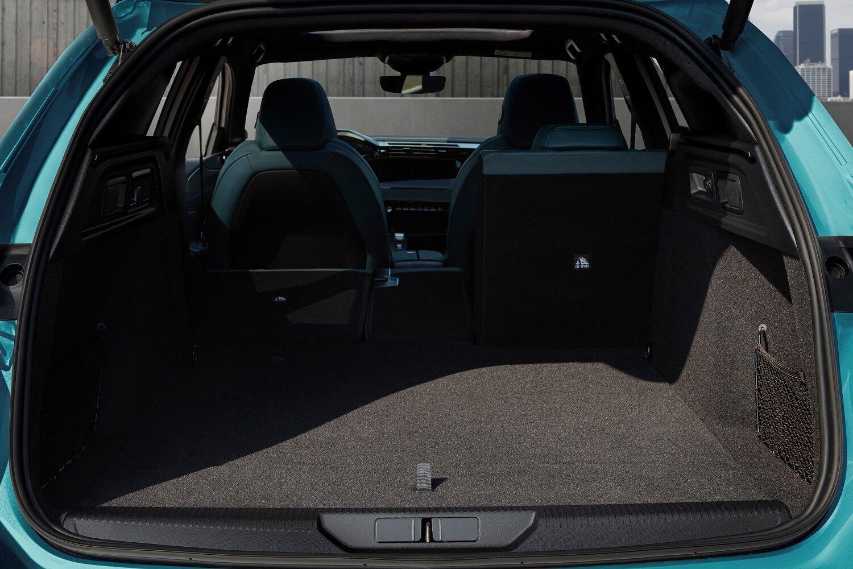 Спинка заднего дивана разделена в пропорции 40/20/40, что позволяет перевозить грузы разного размера