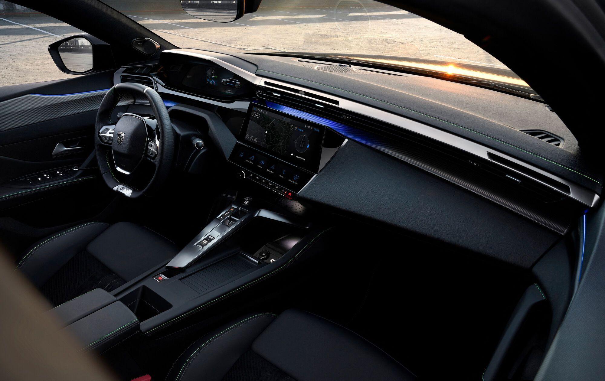 Дизайн интерьера i-Cockpit второго поколения полностью перекочевал с родственного хэтчбека