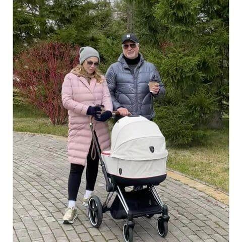 Альбіна Джанабаєва і Валерій Меладзе на прогулянці з дитиною.